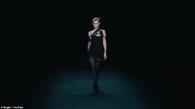 Siêu mẫu Bella Hadid, Irina Shayk khoe vẻ gợi cảm  - Ảnh 2.