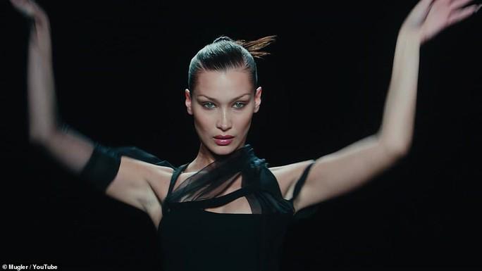 Siêu mẫu Bella Hadid, Irina Shayk khoe vẻ gợi cảm  - Ảnh 1.