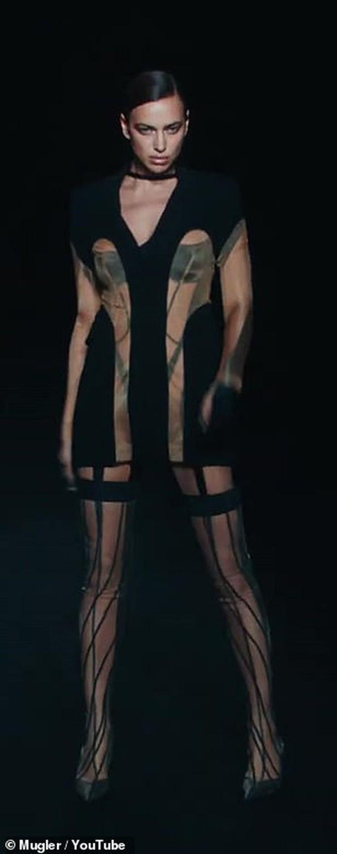 Siêu mẫu Bella Hadid, Irina Shayk khoe vẻ gợi cảm  - Ảnh 6.