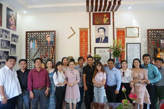 Nghệ sĩ TP HCM về nguồn, nhớ ơn soạn giả Trần Hữu Trang - Ảnh 2.