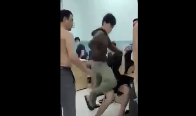 Công an TP HCM lên tiếng về clip bảo vệ dân phố đánh 2 thiếu niên trong trường Nguyễn Văn Tố - Ảnh 1.