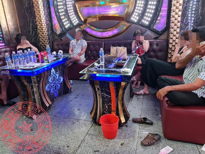 """Phát hiện 52 nam, nữ đến phòng karaoke dự sinh nhật bạn bằng """"tiệc ma túy"""" - Ảnh 3."""