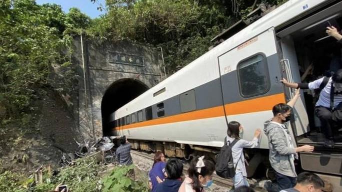 Đài Loan: Tàu trật đường ray trong đường hầm, hàng chục người thương vong - Ảnh 5.