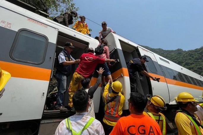 Hé lộ nguyên nhân khiến tàu trật đường ray ở Đài Loan - Ảnh 1.
