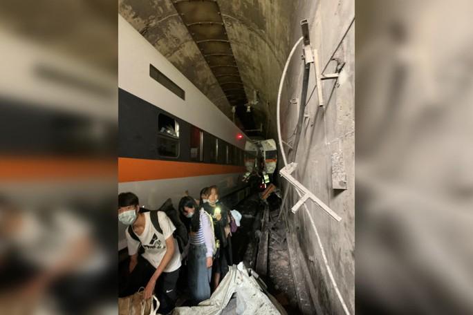 Hé lộ nguyên nhân khiến tàu trật đường ray ở Đài Loan - Ảnh 3.