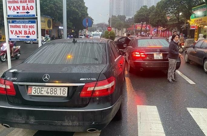 Vụ 2 xe sang Mercedes E300 mang trùng biển số: Lộ đường dây mua bán xe không giấy tờ - Ảnh 1.