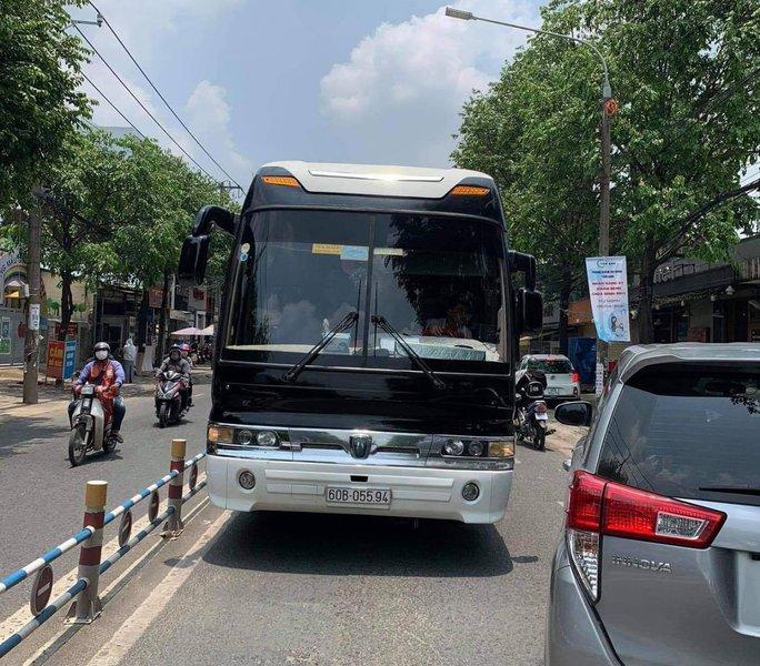 Tài xế ô tô khách liều lĩnh chạy ngược chiều ở con đường đông nhất Biên Hòa - Ảnh 2.