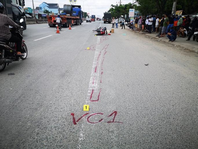 Cán chết người, tài xe container chạy khoảng 1km mới biết - Ảnh 2.