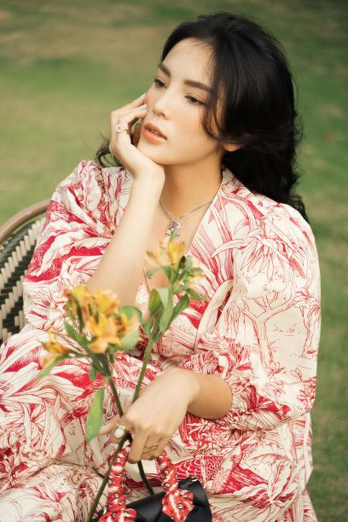 Hoa hậu Kỳ Duyên bất ngờ gây sốt bằng hình ảnh kín như bưng - Ảnh 1.