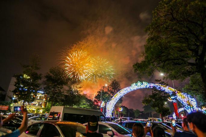 CLIP: Hàng vạn người dân đổ về xem bắn pháo hoa tại Lễ giỗ Tổ Hùng Vương - Ảnh 16.