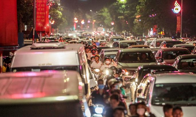CLIP: Hàng vạn người dân đổ về xem bắn pháo hoa tại Lễ giỗ Tổ Hùng Vương - Ảnh 7.