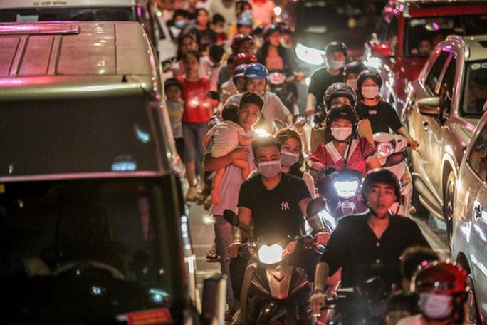 CLIP: Hàng vạn người dân đổ về xem bắn pháo hoa tại Lễ giỗ Tổ Hùng Vương - Ảnh 8.