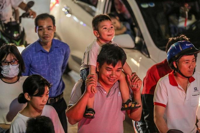 CLIP: Hàng vạn người dân đổ về xem bắn pháo hoa tại Lễ giỗ Tổ Hùng Vương - Ảnh 9.