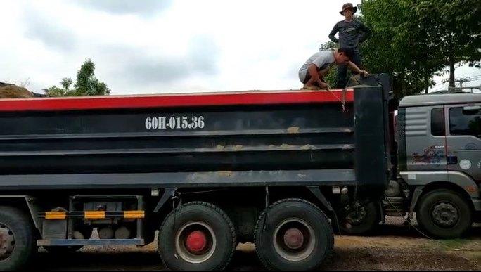 CSGT Đồng Nai cắt thùng xe ben cơi nới, chở cát quá tải - Ảnh 1.