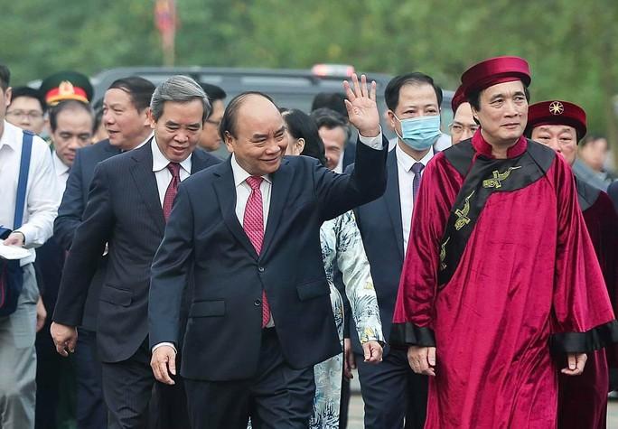 CLIP: Chủ tịch nước Nguyễn Xuân Phúc dâng hương tưởng niệm các vua Hùng - Ảnh 4.
