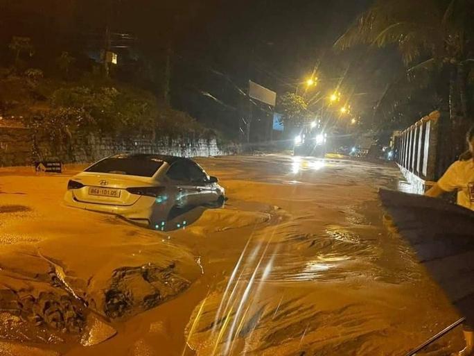 Lũ bùn đỏ tràn ngập tuyến đường du lịch Mũi Né - Ảnh 2.