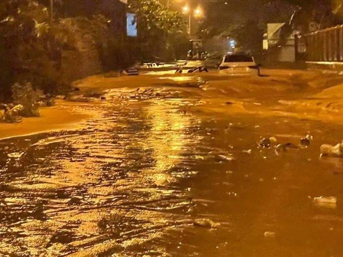Lũ bùn đỏ tràn ngập tuyến đường du lịch Mũi Né - Ảnh 1.