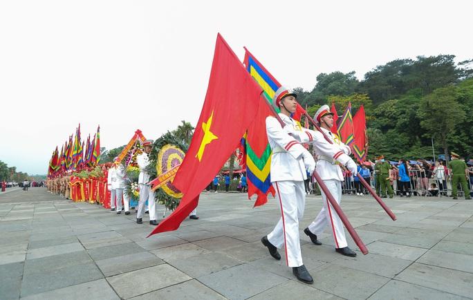 CLIP: Chủ tịch nước Nguyễn Xuân Phúc dâng hương tưởng niệm các vua Hùng - Ảnh 6.