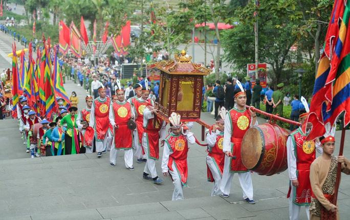 CLIP: Chủ tịch nước Nguyễn Xuân Phúc dâng hương tưởng niệm các vua Hùng - Ảnh 8.