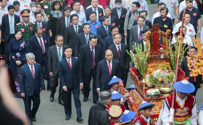 CLIP: Chủ tịch nước Nguyễn Xuân Phúc dâng hương tưởng niệm các vua Hùng - Ảnh 12.