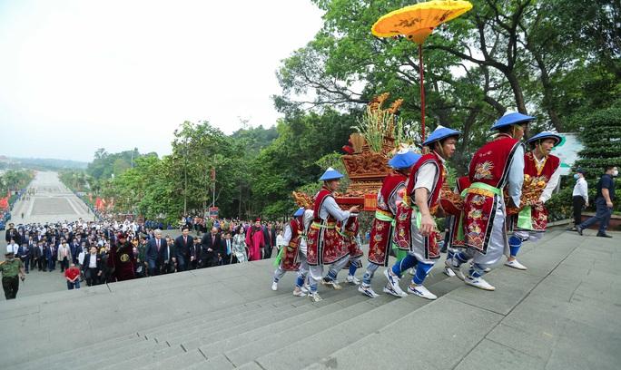 CLIP: Chủ tịch nước Nguyễn Xuân Phúc dâng hương tưởng niệm các vua Hùng - Ảnh 7.
