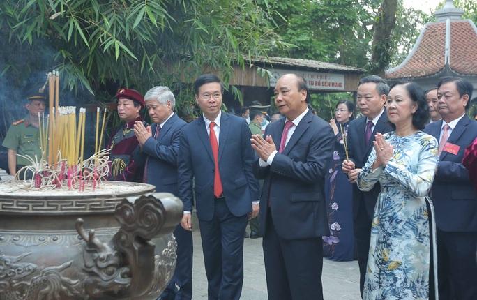 CLIP: Chủ tịch nước Nguyễn Xuân Phúc dâng hương tưởng niệm các vua Hùng - Ảnh 2.
