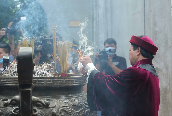 CLIP: Chủ tịch nước Nguyễn Xuân Phúc dâng hương tưởng niệm các vua Hùng - Ảnh 14.