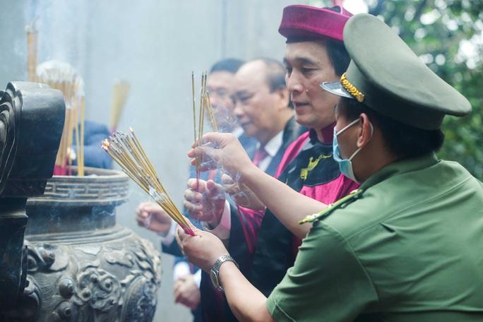 CLIP: Chủ tịch nước Nguyễn Xuân Phúc dâng hương tưởng niệm các vua Hùng - Ảnh 16.