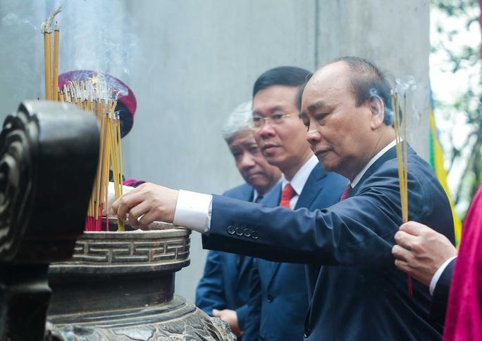 CLIP: Chủ tịch nước Nguyễn Xuân Phúc dâng hương tưởng niệm các vua Hùng - Ảnh 15.