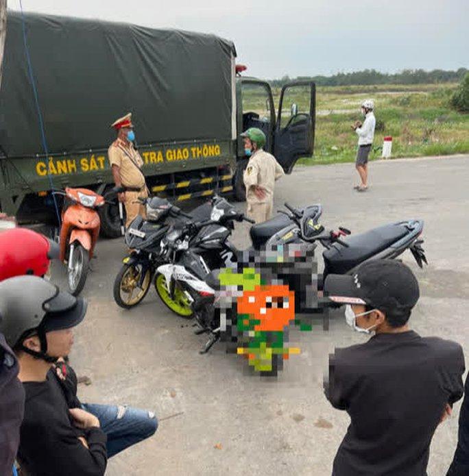 Tụ tập nẹt pô, chuẩn bị đua xe, hàng chục thanh thiếu niên bị CSGT đón lỏng, đưa về đồn - Ảnh 2.