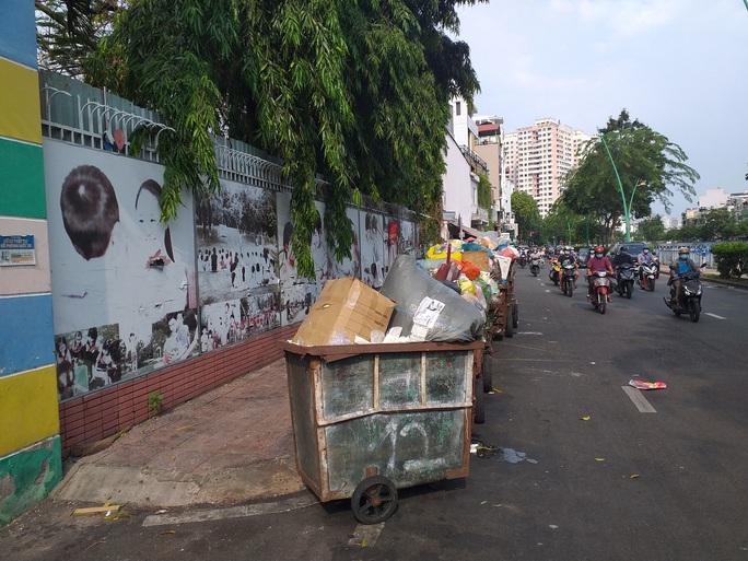 Điểm tập kết xe rác không hợp lý - Ảnh 1.
