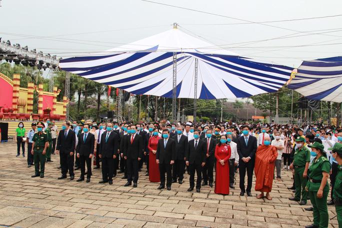 Bí thư Nguyễn Văn Nên dâng hương tại Đền Tưởng niệm các Vua Hùng - Ảnh 3.