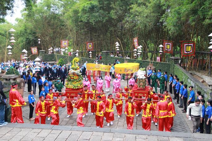 Bí thư Nguyễn Văn Nên dâng hương tại Đền Tưởng niệm các Vua Hùng - Ảnh 4.
