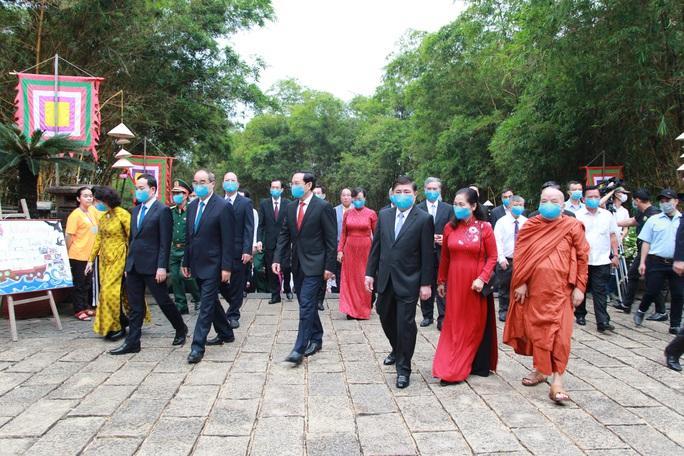 Bí thư Nguyễn Văn Nên dâng hương tại Đền Tưởng niệm các Vua Hùng - Ảnh 5.