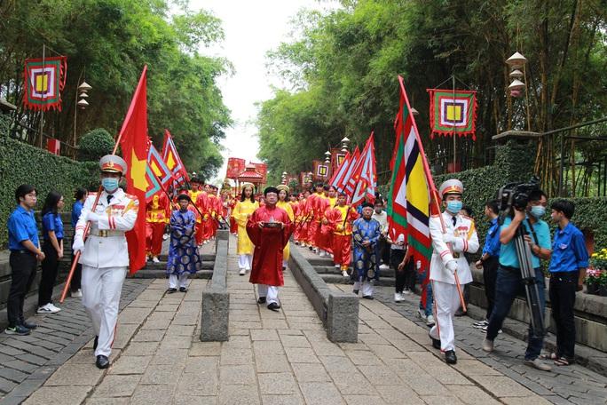 Bí thư Nguyễn Văn Nên dâng hương tại Đền Tưởng niệm các Vua Hùng - Ảnh 6.