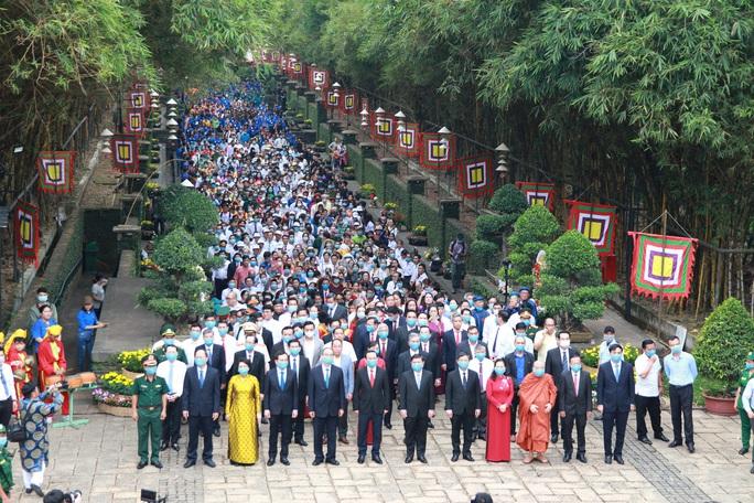 Bí thư Nguyễn Văn Nên dâng hương tại Đền Tưởng niệm các Vua Hùng - Ảnh 9.