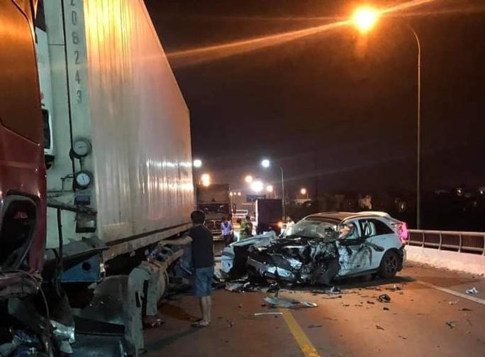 Tông xe tải, Mercedes GLC bẹp dúm, tài xế tử vong - Ảnh 1.