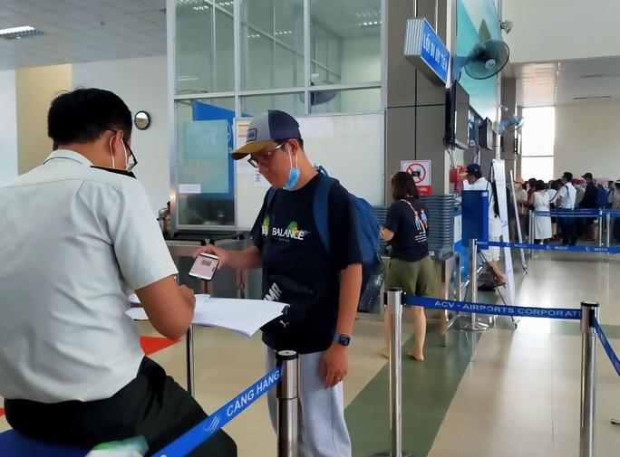 Hãng hàng không chịu trách nhiệm về việc khai báo y tế của hành khách - Ảnh 1.