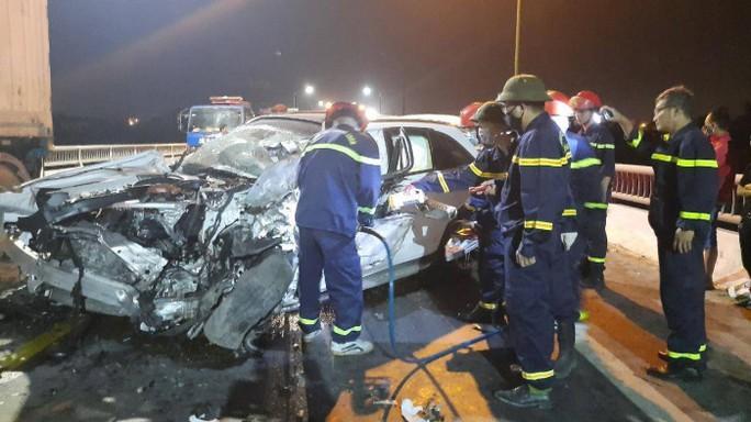 Tông xe tải, Mercedes GLC bẹp dúm, tài xế tử vong - Ảnh 2.