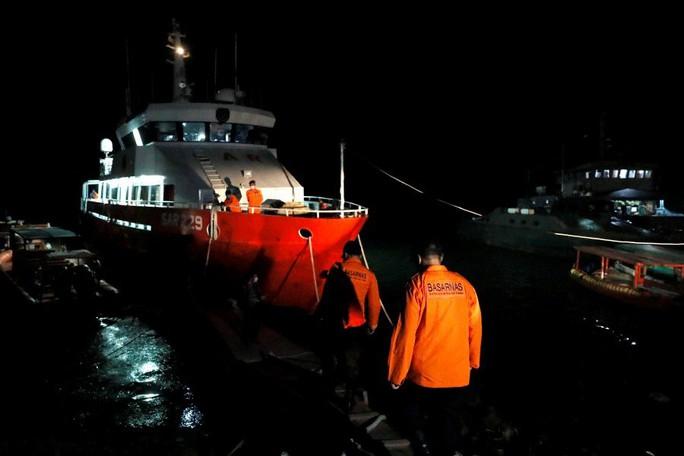 Lần theo vết dầu loang của tàu ngầm Indonesia mất tích - Ảnh 2.