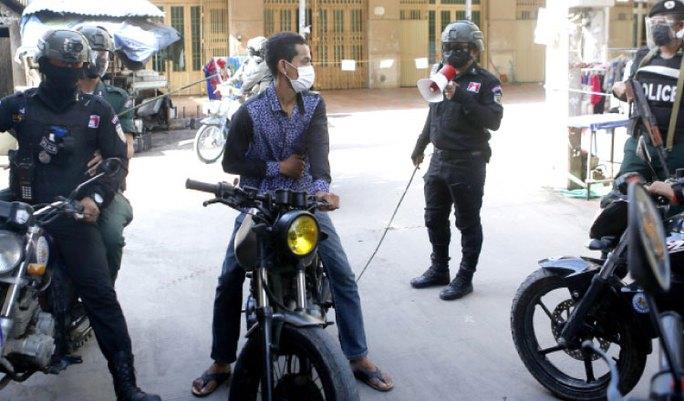 Campuchia phạt roi người vi phạm lệnh phong tỏa - Ảnh 1.