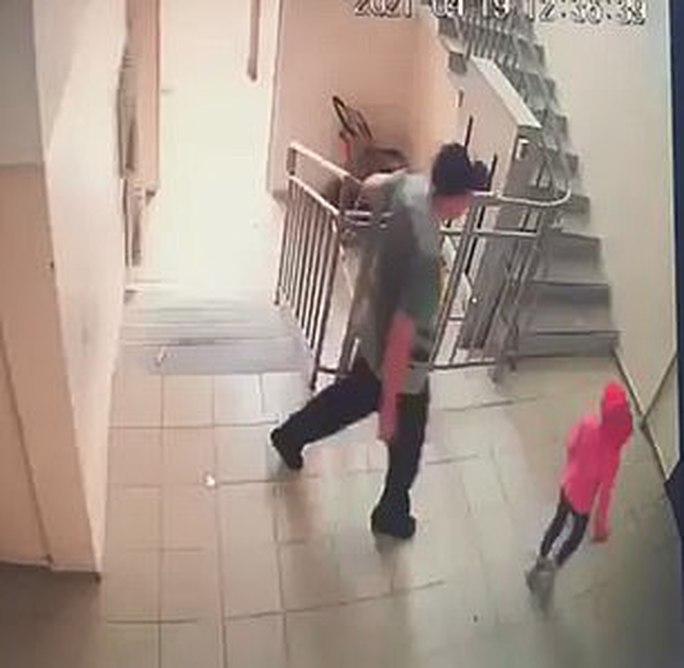 Bị kẻ ấu dâm bế xốc đi, bé gái Kazakhstan chớp thời cơ trốn thoát - Ảnh 1.