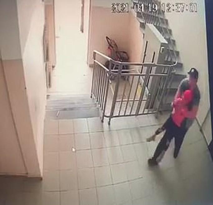 Bị kẻ ấu dâm bế xốc đi, bé gái Kazakhstan chớp thời cơ trốn thoát - Ảnh 3.