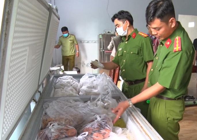 CLIP: Bắt giữ hơn 3.000 kg chả đòn chay nghi trộn thịt, cá - Ảnh 2.