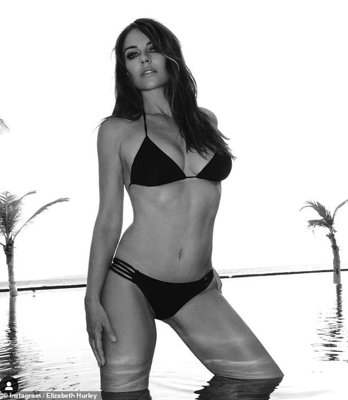 Demi Rose khoe ngực trần,  Elizabeth Hurley diện bikini  mừng ngày trái đất - Ảnh 1.