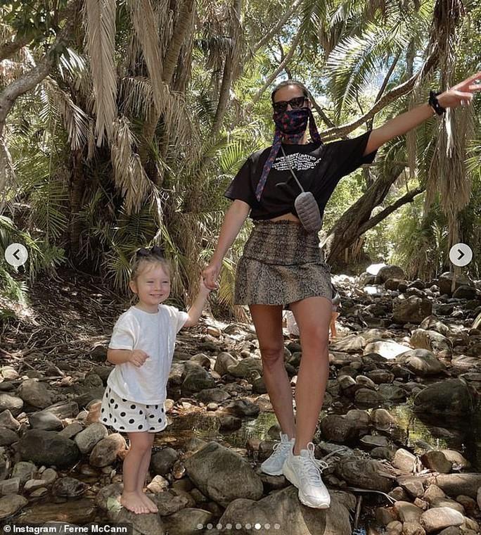 Demi Rose khoe ngực trần,  Elizabeth Hurley diện bikini  mừng ngày trái đất - Ảnh 4.