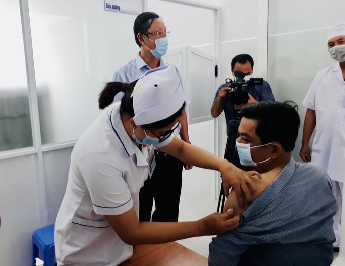 Cần Thơ và Bạc Liêu tiêm vắc xin phòng Covid-19 cho nhân viên y tế tuyến đầu - Ảnh 4.