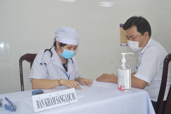 Cần Thơ và Bạc Liêu tiêm vắc xin phòng Covid-19 cho nhân viên y tế tuyến đầu - Ảnh 1.