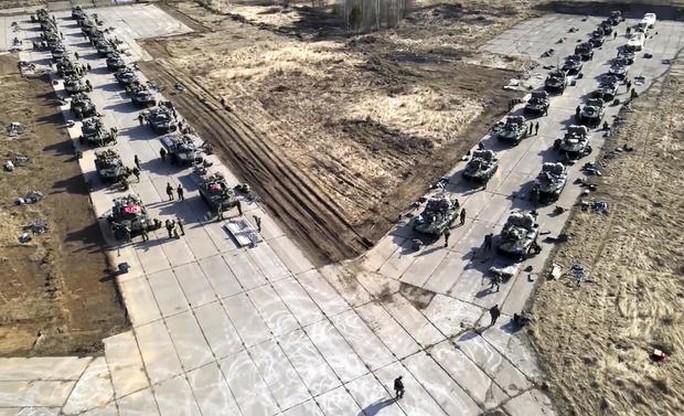 Clip: Nga tập trận rầm rộ trước khi rút quân khỏi biên giới Ukraine - Ảnh 7.