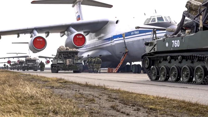 Clip: Nga tập trận rầm rộ trước khi rút quân khỏi biên giới Ukraine - Ảnh 8.